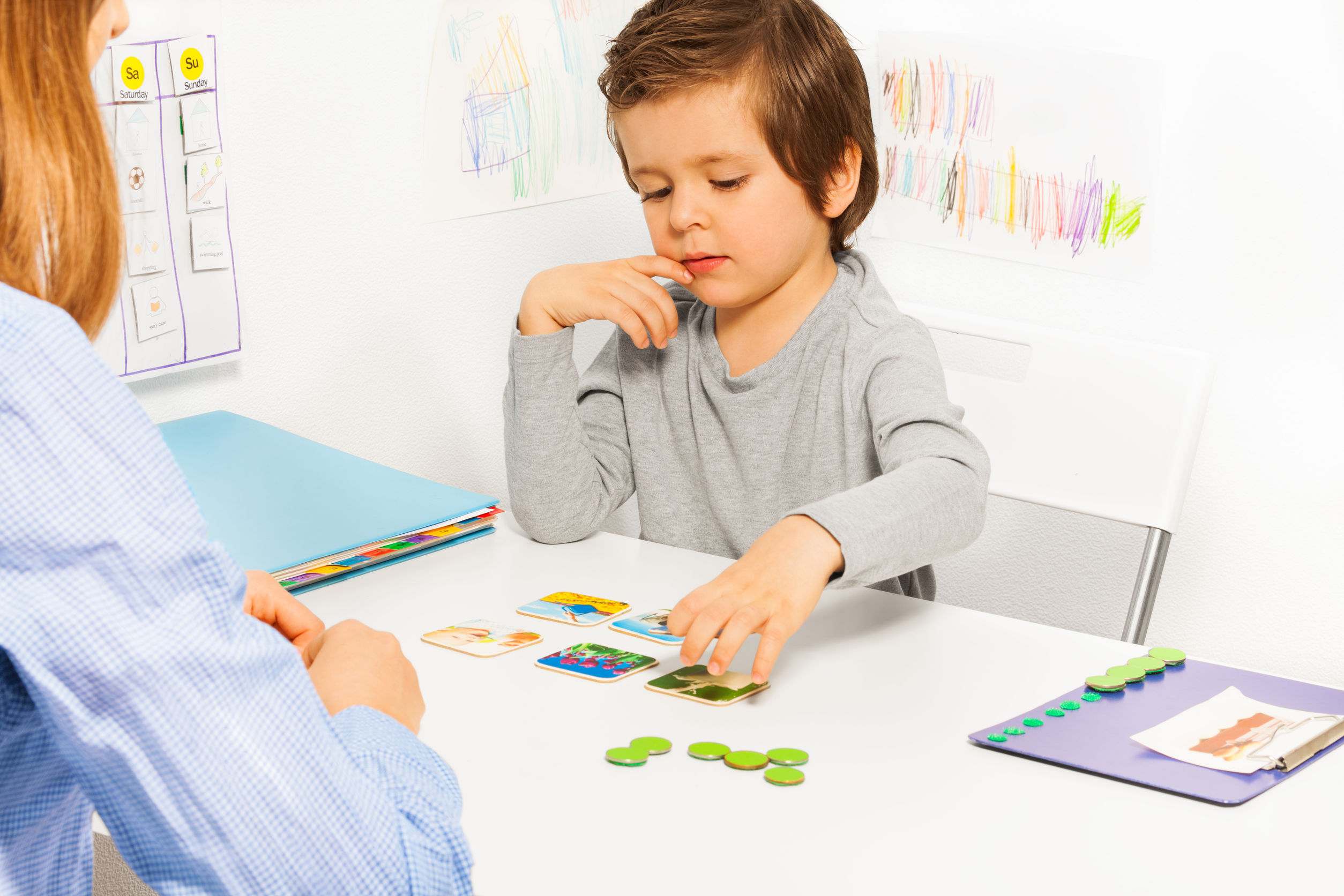 40825008 - preschooler boy and developing game with card
